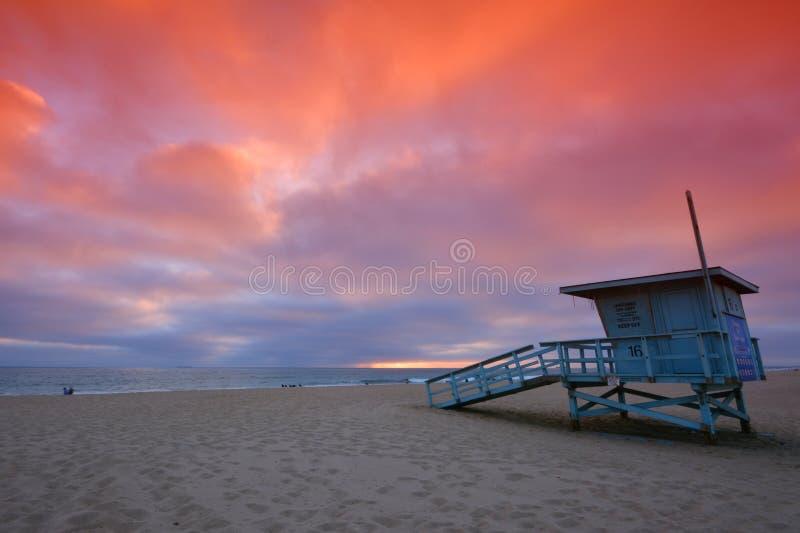 Livräddaretorn på solnedgången på den Hermosa stranden, Kalifornien royaltyfria foton