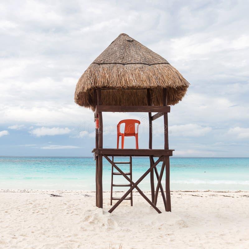Livräddaretorn på strand royaltyfri fotografi