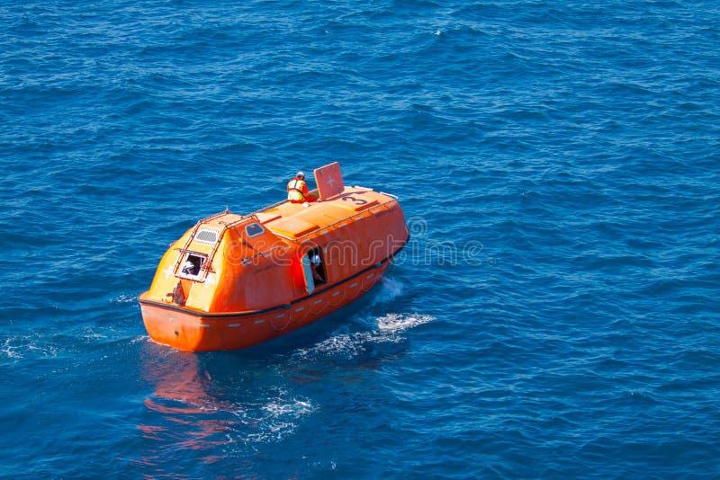Livräddningsbåt- eller räddningsaktionfartyg i frånlands-, säkerhetsnormal i frånlands- arkivfoton