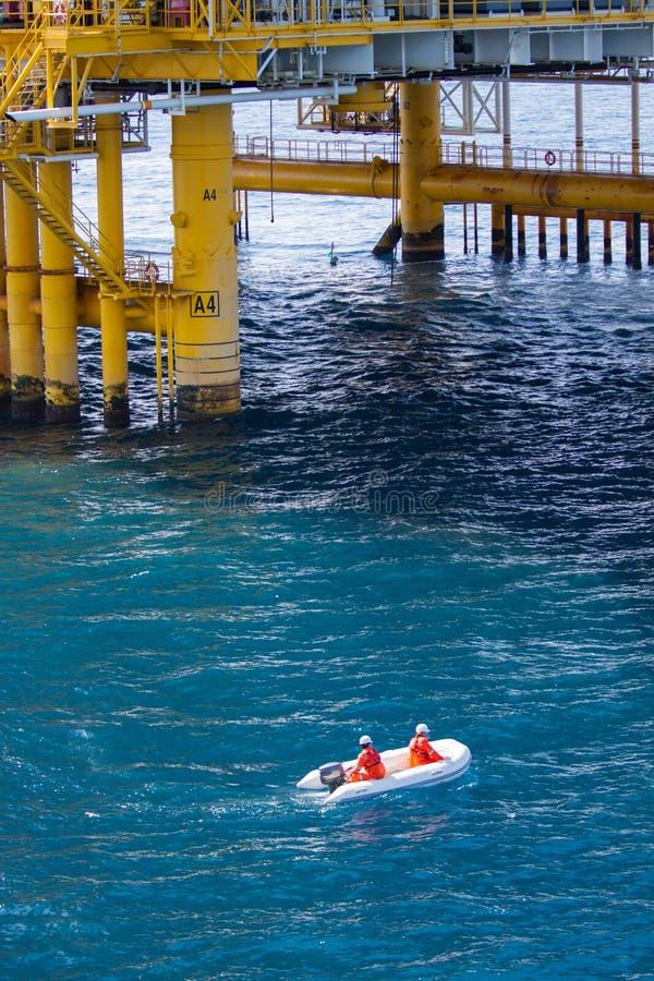 Livräddningsbåt- eller räddningsaktionfartyg i frånlands-, säkerhetsnormal i frånlands- royaltyfri bild
