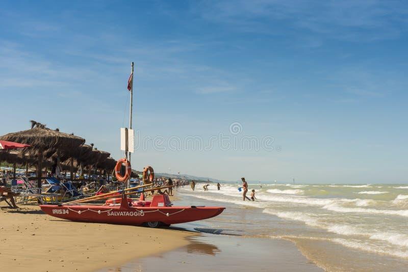 Livräddningsbåt på stranden på Silvi Marina Italy arkivfoton