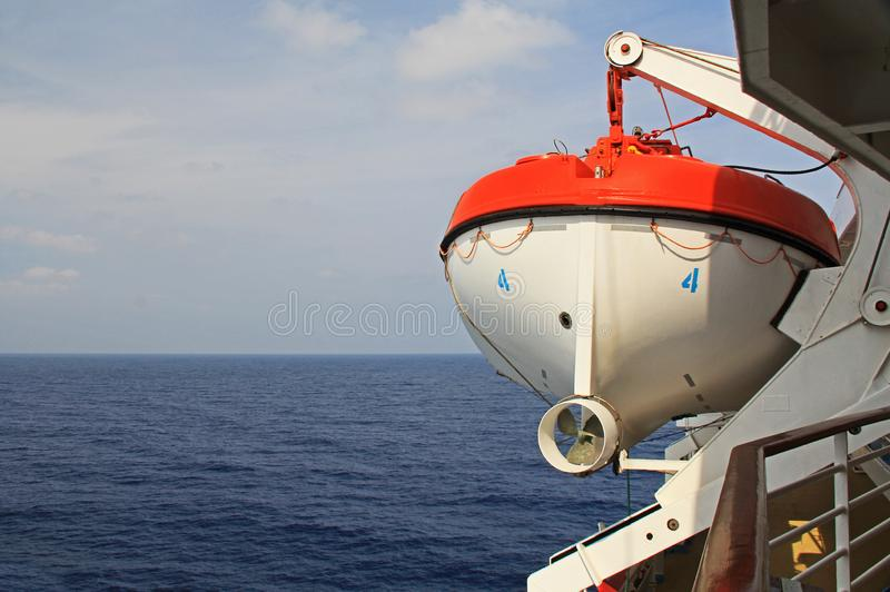 Livräddningsbåt som hänger av av ett kryssningskepp i det Agean havet arkivbild