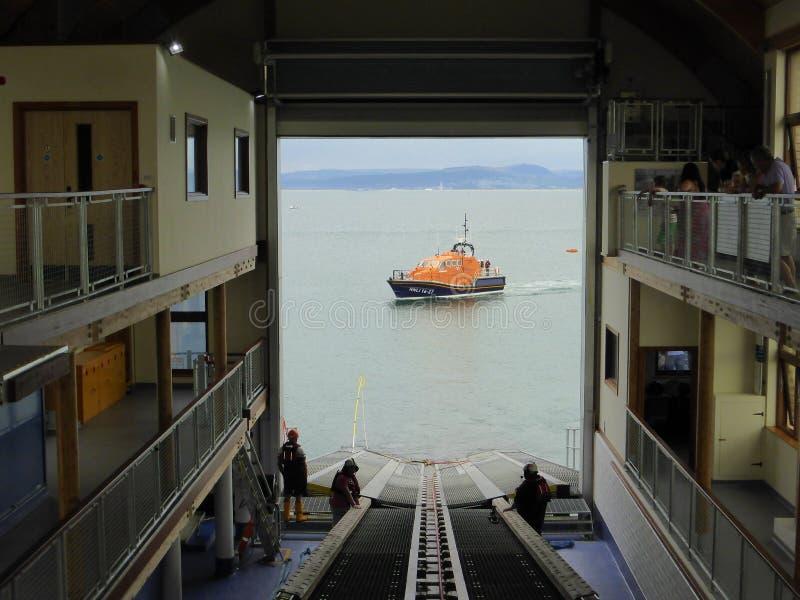 Livräddningsbåt till och med stationsdörrar arkivfoton