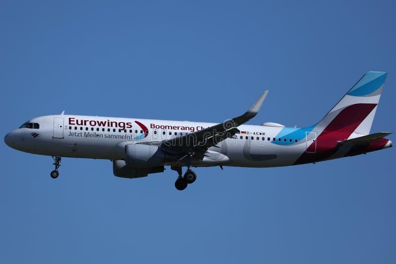 Livré för Eurowings bumerangklubba upp i himlen fotografering för bildbyråer