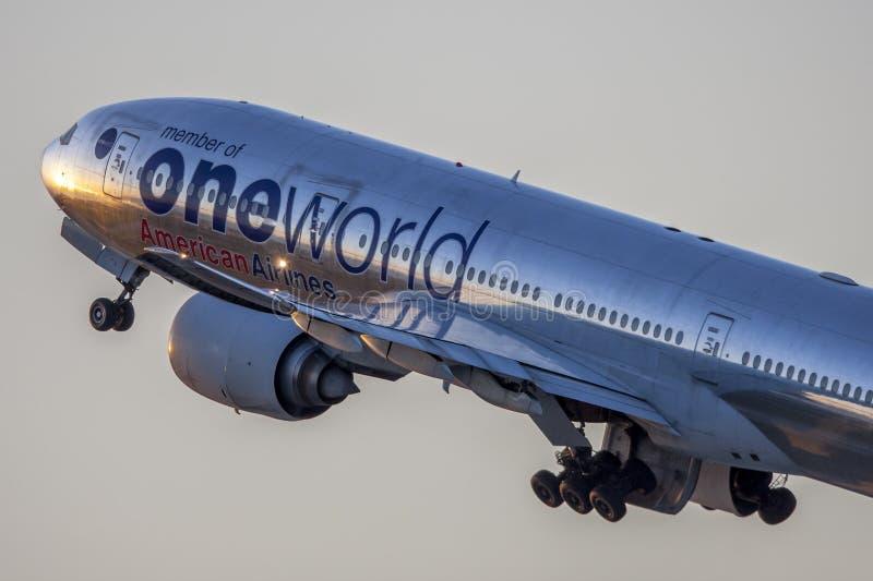 Livrée d'American Airlines Boeing 777 Oneworld décollant de l'aéroport international de Los Angeles image stock