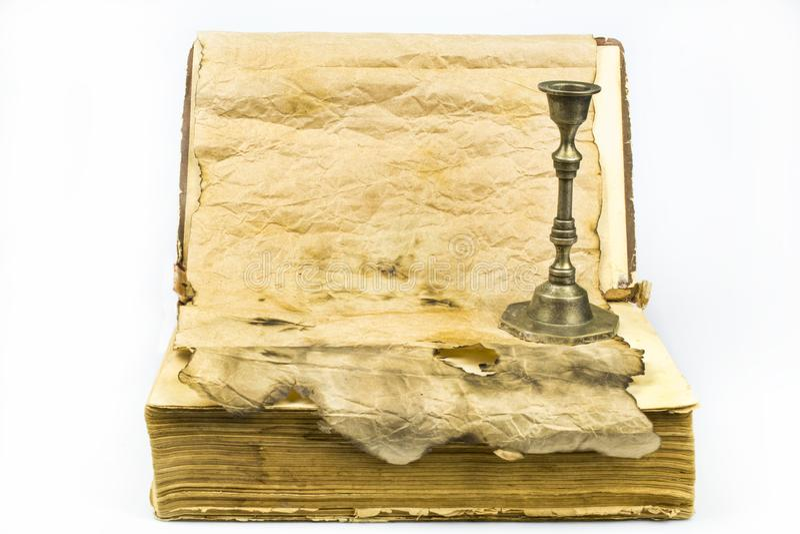 Livre antique et un chandelier en métal, papier avec un endroit pour le texte d'isolement sur le fond blanc photos stock