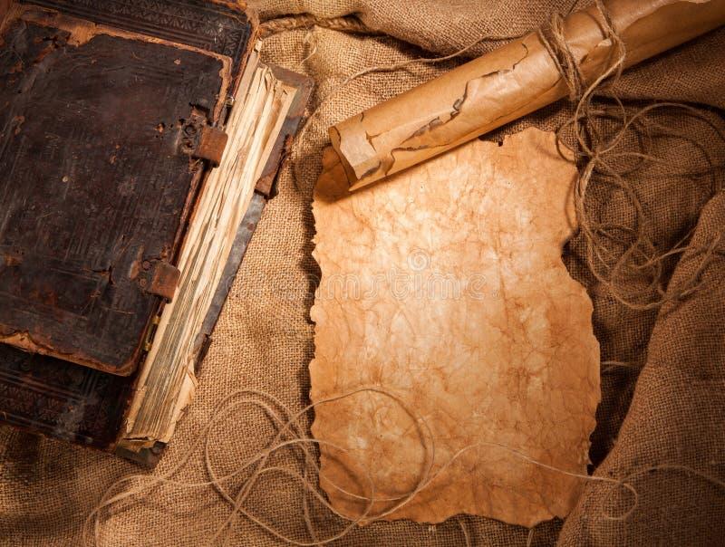 Livre antique et vieux papiers photo stock
