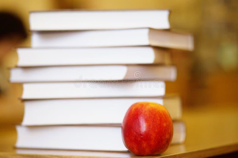 Livre, Apple, de nouveau à l'école images stock