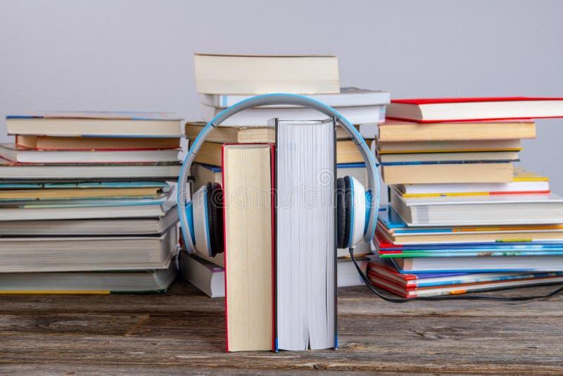 Livre avec casque devant des piles de livres différents photos libres de droits