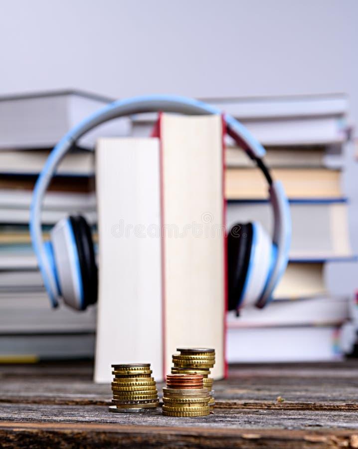 Livre avec casque devant des piles de livres différents photo stock