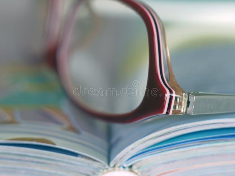 Livre avec des verres image libre de droits