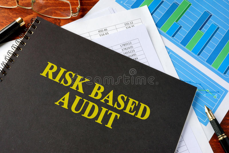 Livre avec l'audit basé par risque de titre image libre de droits