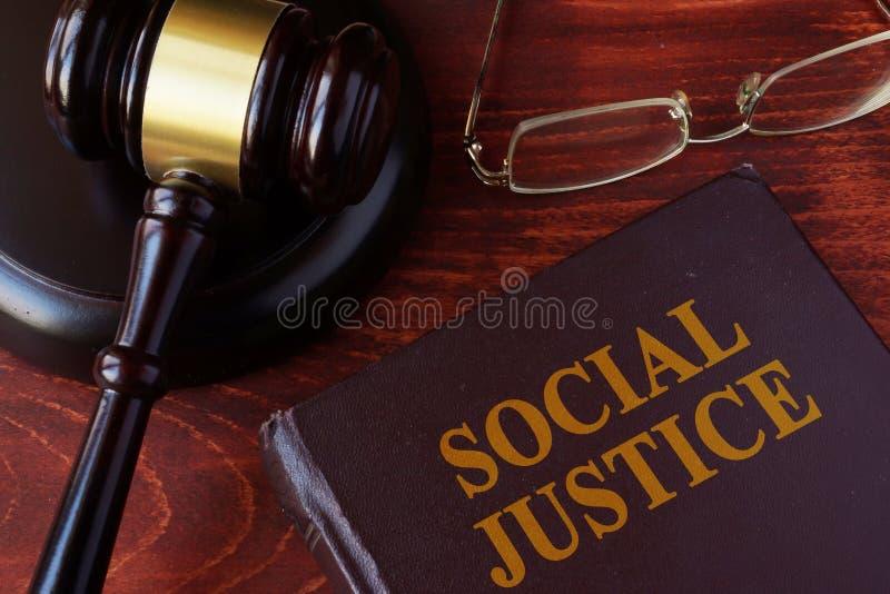 Livre avec la justice sociale de titre photo libre de droits