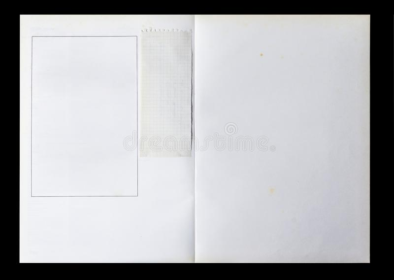 Livre blanc déplié montrant des pages blanches avec un cadre et un morceau de papier d'occasion image libre de droits