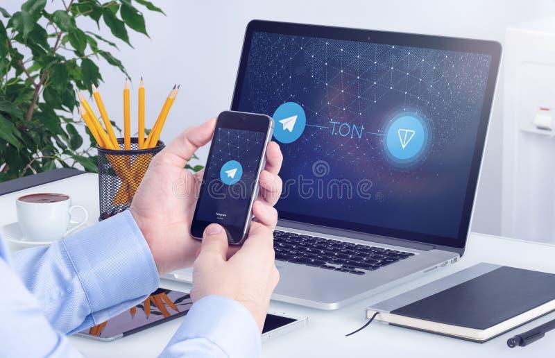 Livre blanc de TONNE de réseau ouvert de télégramme sur les écrans de smartphone et d'ordinateur portable photo stock