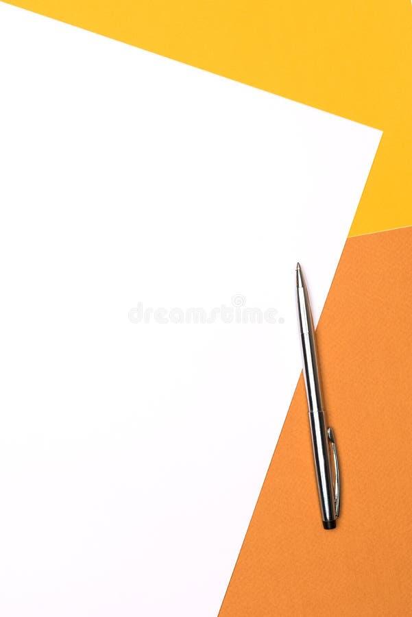 Livre blanc et stylo sur le fond de brun jaune photos libres de droits