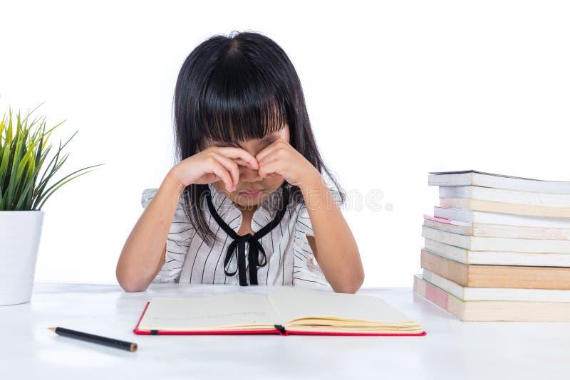 Livre chinois asiatique ennuyeux d'écriture de dame de petit bureau images stock