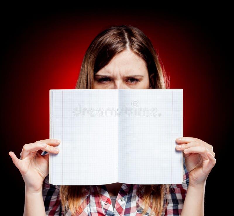 Jeune fille déçue et fâchée tenant l'exercice photos stock