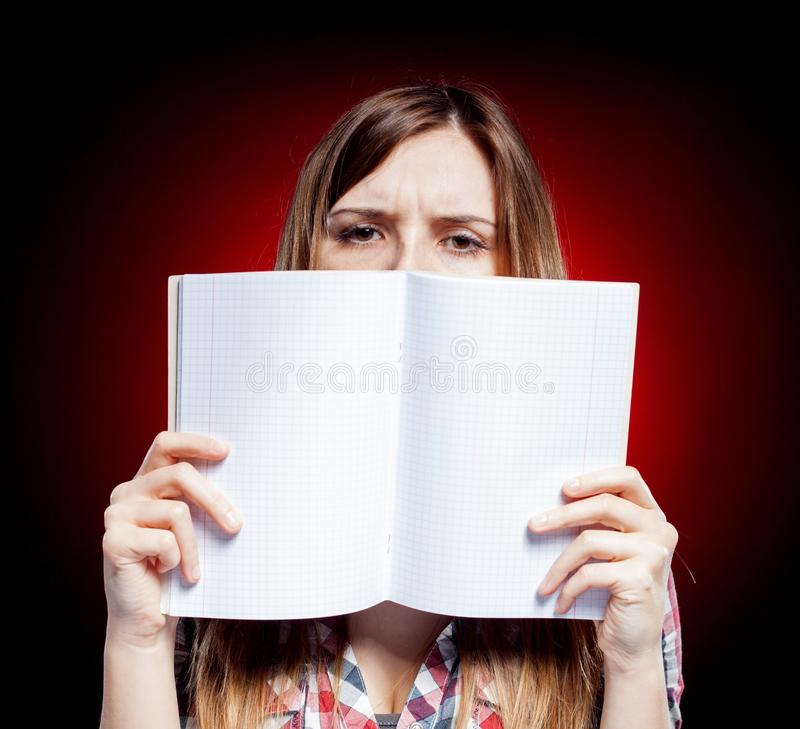 Jeune fille déçue et triste tenant l'exercice b photographie stock