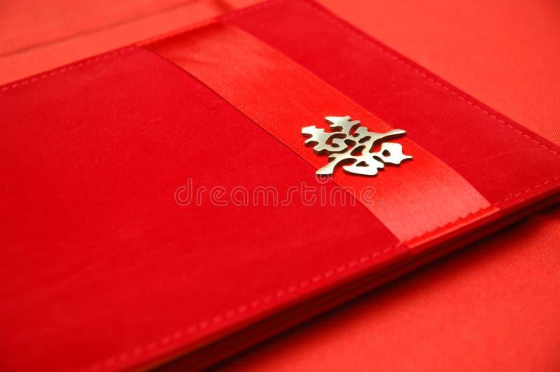 Livre d'invité chinois de mariage sur la table rouge images stock
