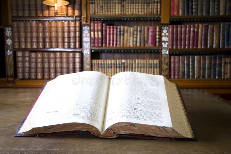 Livre dans la vieille bibliothèque image stock