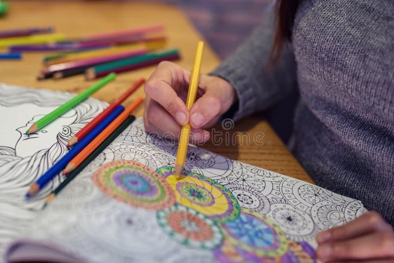 Livre de coloration antistress adulte avec les crayons colorés photos stock