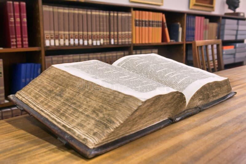 Livre de cru dans la bibliothèque images stock