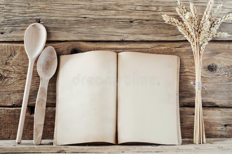Livre de cuisine avec les pages vides sur le fond en bois images stock