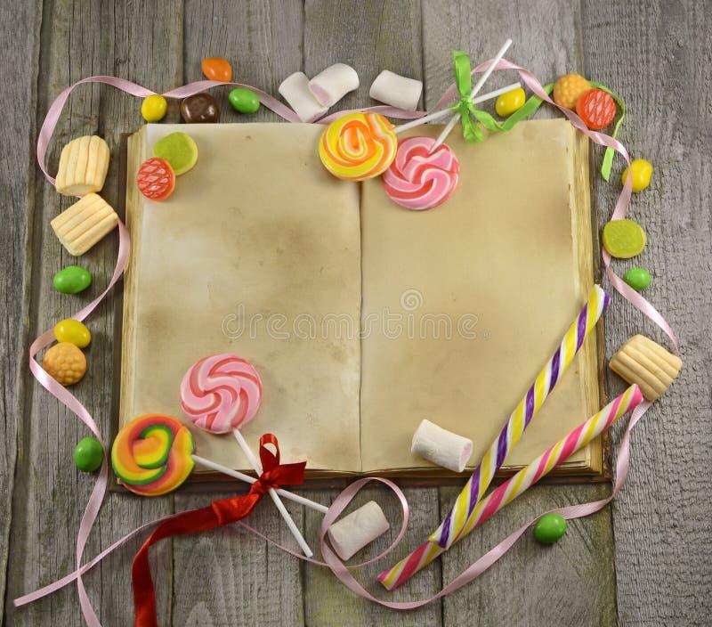 Livre de cuisinier avec des sucreries photo libre de droits