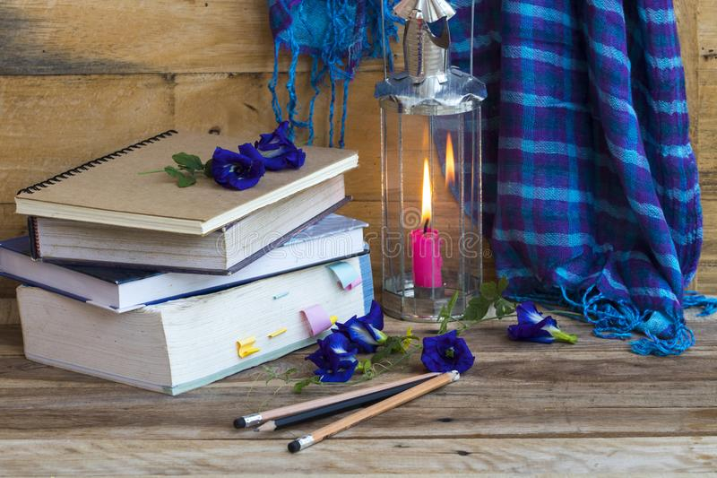 Livre de dictionnaire pour l'étude avec le foulard bleu, le calomnie des femmes dans le style de vie en hiver photo stock