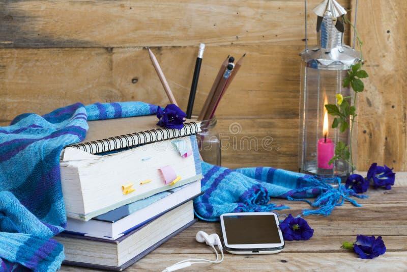 Livre de dictionnaire, téléphone mobile pour étudier avec une écharpe bleue, lampadaire sur le mode de vie des femmes en hiver image libre de droits