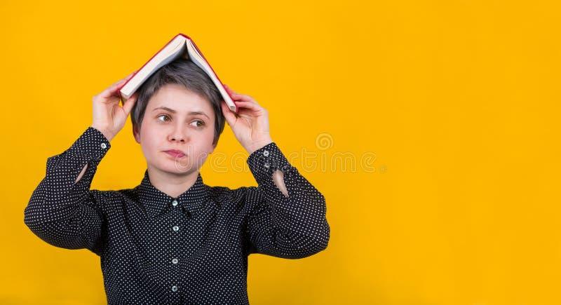 Livre de femme au-dessus images stock