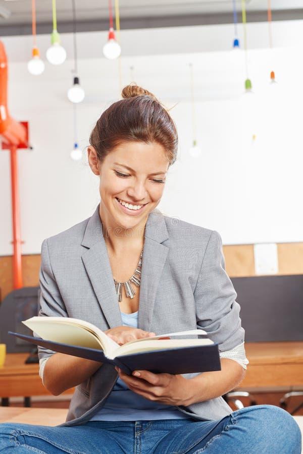 Livre de formation de lecture de femme photos libres de droits