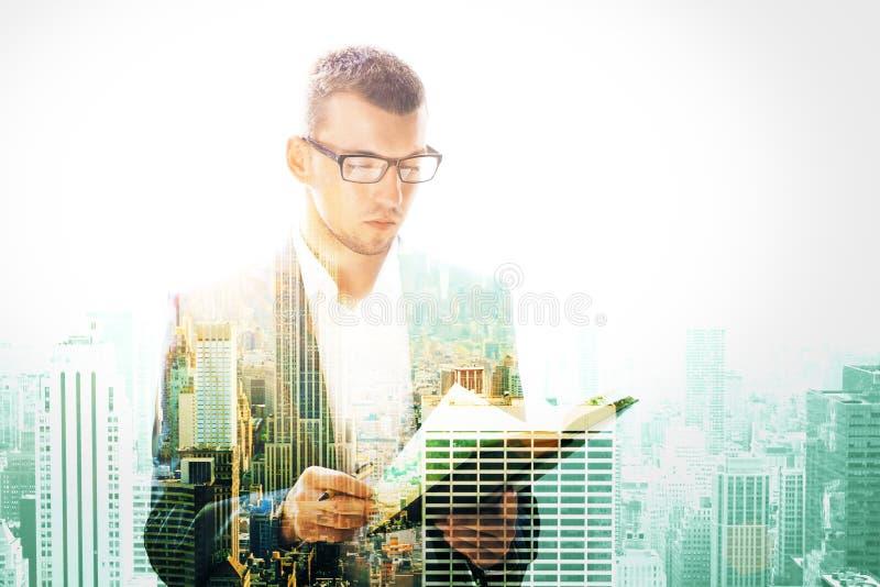 Livre de lecture attrayant d'homme d'affaires photo stock