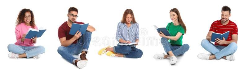 Livre de lecture beau d'homme sur le blanc photographie stock libre de droits