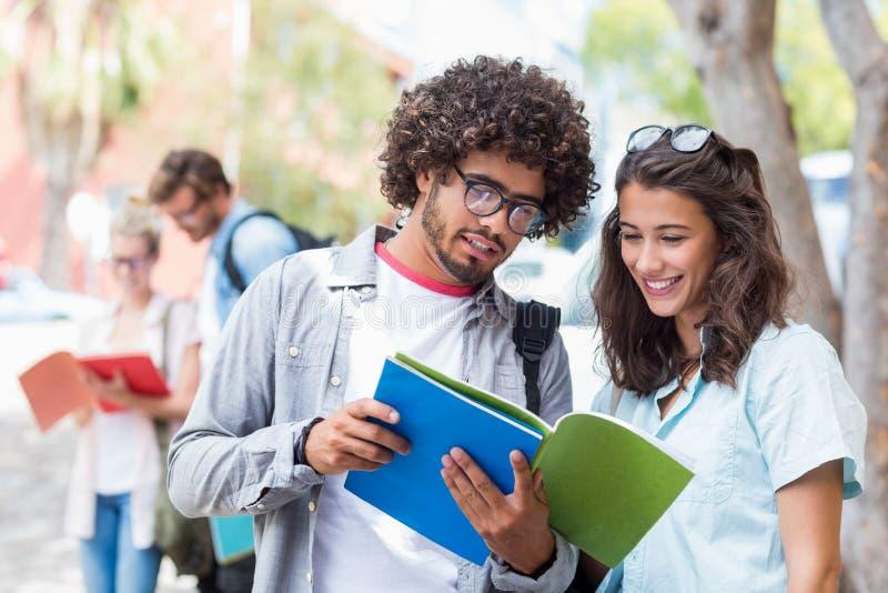 Livre de lecture d'étudiants images stock