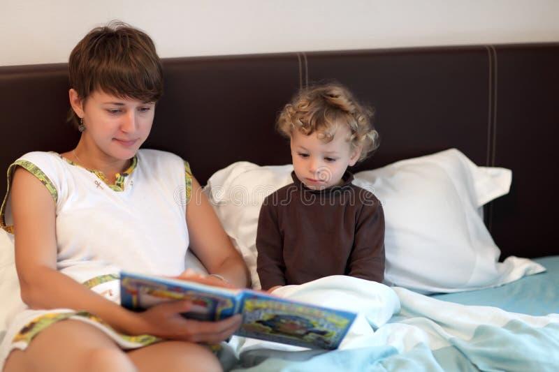 Livre de lecture de famille images libres de droits