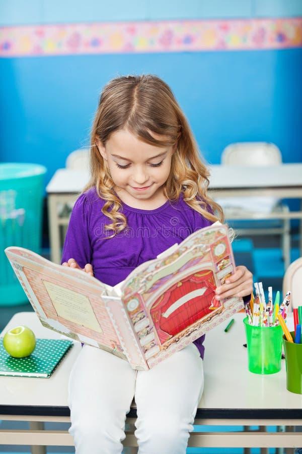 Livre de lecture de fille images libres de droits
