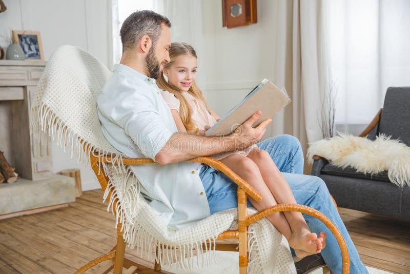 Livre de lecture de père et de fille image libre de droits