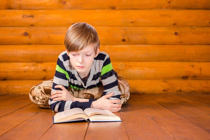 Livre de lecture de Teenboy image stock