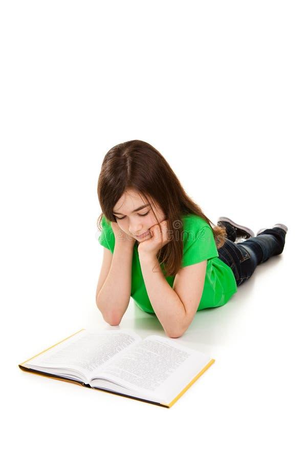 Livre de lecture de fille sur le fond blanc image stock