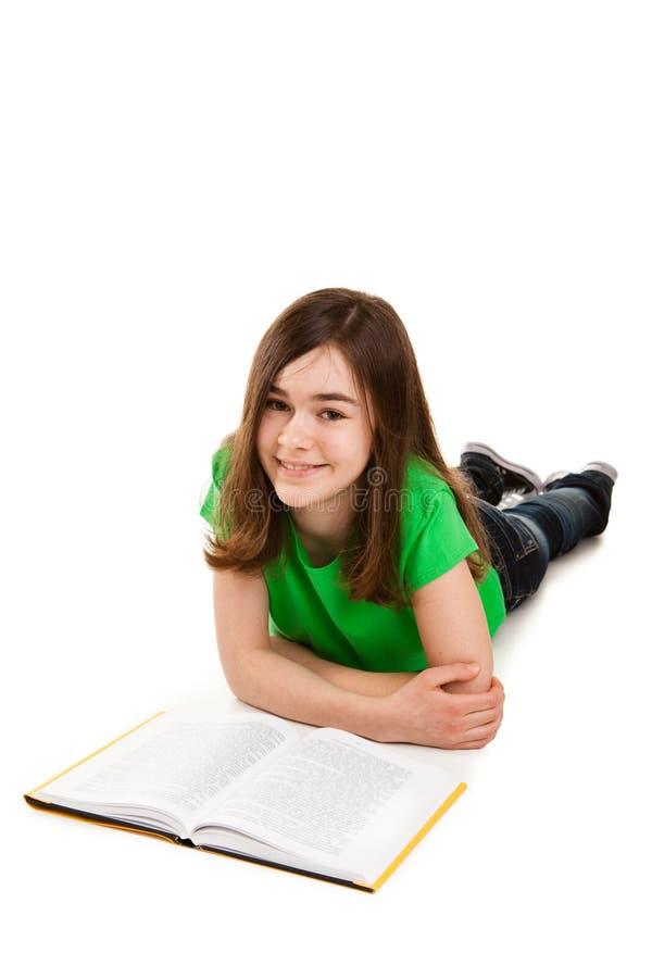 Livre de lecture de fille sur le fond blanc photographie stock libre de droits