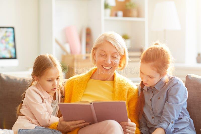 Livre de lecture de grand-mère image libre de droits