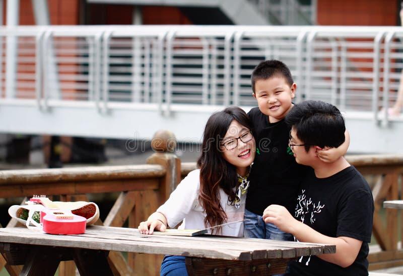 Livre de lecture heureux de famille de latino photos stock