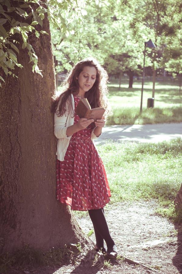 Livre de lecture oriental de femme de vintage de hippie image stock