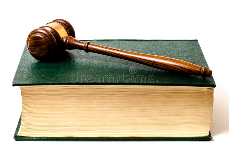 Livre de loi avec le marteau photo stock