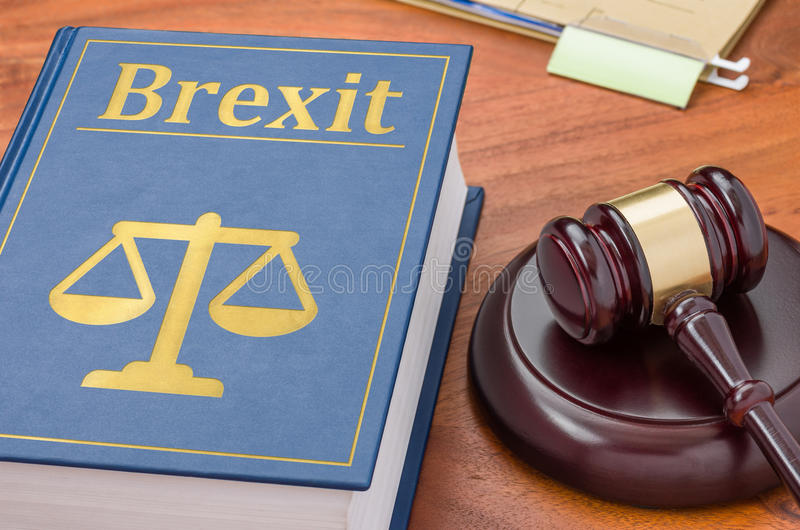 Livre de loi avec un marteau - Brexit photos stock