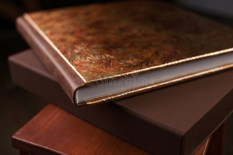 Livre de photo avec une couverture de cuir véritable Couleur de Brown avec décembre photographie stock