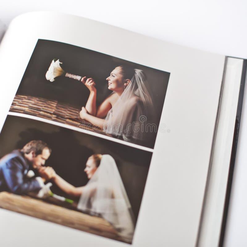 Livre de photo de mariage de marié et de jeune mariée photographie stock libre de droits