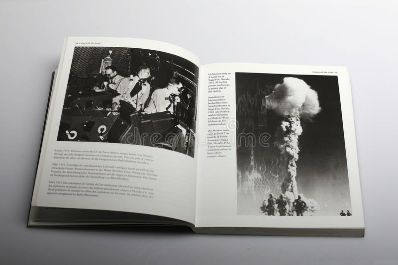 Livre de photographie par Nick Yapp, bombes au Nevada 1952 et 1953 photos stock